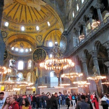トルコ/イスタンブール/アヤソフィア アヤソフィアも内部を修復中でしたが、 巨大な内部空間に圧倒されました。