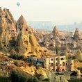 トルコ/カッパドキア/ウチヒサール 朝陽に染まるカッパドキアの奇観。遠くに見えるのは気球。
