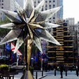 New York / Manhattan Rockefeller Center クリスマスツリーにイルミネーションライトを設置している様子♪ニューヨークのクリスマスツリーといえば、このロックフェラーセンターのクリスマスツリーです!