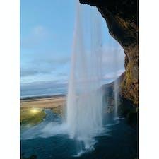 アイスランド🇮🇸  セリャラントスフォスの滝 滝を裏側から見ることができます✨