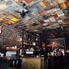 New York / Brooklyn Black Brick Coffee 天井には古い木箱が敷き詰められ、レジ下のカウンターにはビンテージトランクが敷き詰められるなど、何ともブルックリンらしい味のある店内。ウィリアムズバーグ散策の際には、必ず立ち寄るお店です♪