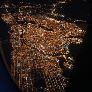 New York / Manhattan JFK空港へ向かう飛行機の窓から。宝石のようにキラキラ輝くマンハッタンの夜景。
