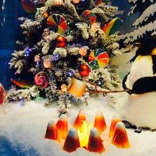 New York / Manhattan Dylan's Candy Bar ミッドタウンのブルーミングデールズデパート裏にあるキャンディストアのクリスマスディスプレイ。雪国のペンギンがマシュマロを焼いてます♪