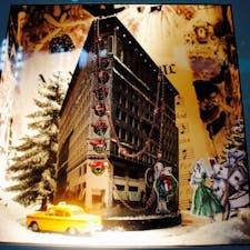 New York / Manhattan ミッドタウンの街中のお店のクリスマスディスプレイ。イエローキャブがくるくると回ります♪ #newyork #manhattan