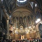 スペイン モンセラット修道院  ロープウェイに乗って山の上の修道院へ。  数時間に一度聖歌隊の歌を聴けます。 時間はインターネットで調べれば出ますので、ぜひお聞きすることをオススメします。  高速鉄道に乗って、バルセロナから日帰りで観光できます。