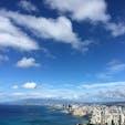 ハワイ ダイヤモンドヘッドからの眺め  山頂までは歩いて35〜45分くらい。  10月でしたがかなり汗をかきました。 適度に休息をとりつつ、こまめに水分補給が大事です!  山頂は人がごった返していましたが、道中で十分景色は楽しめました。