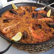 スペイン タラゴナで食べたパエリア  基本的にスペインは味が濃い目でした。   このパエリアは本当に美味しかったので、Google翻訳さんに「人生で一番美味しいパエリアです」と伝えてもらいました。
