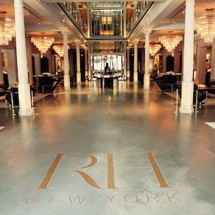 New York / Manhattan RH New York ミートパッキングにあるアメリカの人気家具ブランド「RH」。旧名は「Restoration Hardware & RH Modern」。5階建てのインテリアショップは、どこを見てもとってもお洒落で高級感たっぷり。 #newyork #manhattan #rhnewyork