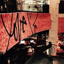 New York / Manhattan Bill's Bar & Burger ロックフェラーセンターにある、大好きなバーガーレストラン。店内中央にある1Fから地下へ降りる階段には、NYの有名なグラフィティアーティスト・Curtis KuringのLOVE ME アートが! #newyork #manhattan #billsbar&burger