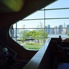 New York / Queens Hunters Point Library クイーンズのハンターズポイントにある公共図書館からは、マンハッタンの美しい絶景を眺められます。 #newyork #manhattan #queens