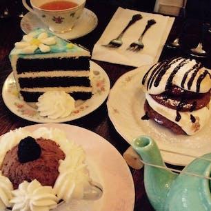 New York / Manhattan Alice's Tea Cup, Chapter 2 アッパーイーストにある、不思議の国のアリスのお家みたいなカフェ。食器類も可愛いけれど、店内には大きなカラフルの蝶々がディスプレイされてます。ケーキはめちゃくちゃ甘いです♪ #newyork #manhattan