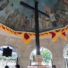 謎の十字架。謎の宗教か何かの熱心な信者の方がクロスの脇でずっと呪文を唱えてた😮