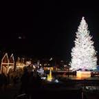 函館の赤レンガ倉庫街。冬の夜の函館の街はとてもきれいです。