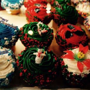 New York / Manhattan ホリデーシーズンには、街中のパン屋さんやケーキ屋さんのショーウィンドウに可愛いクリスマスカップケーキが並びます♪ #newyork #manhattan