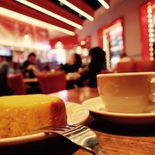 New York / Manhattan Junior's Restaurant & Bakery タイムズスクエアにある、チーズケーキで有名なお店「ジュニアズ」でコーヒータイム。店内の雰囲気はファミレスっぽい雰囲気ですが、とってもアメリカンな感じで、コーヒーは何杯でもサーブしてもらえるのが嬉しいです♪ #newyork #manhattan #juniors