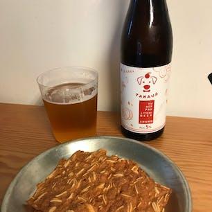 台北 61NOTE。奥に写っているのは主役のビールですが、私のお目当ては手前のビーフジャーキー。薄くてパリパリしていて、美味しいのです👍