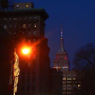 New York / Manhattan Union Square NYのユニオンスクエアから眺めたエンパイアステートビル。祝日やイベント、ホリデーシーズンになるとライティングがカラフルにチカチカ点滅してとても綺麗です♪ #newyork #manhattan