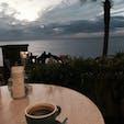 海沿いのカフェからは海に沈む夕日が見られます。