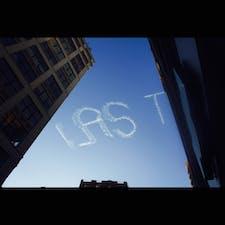 New York / Manhattan マンハッタンの街中で、道ゆく人が皆、上を見上げているので「何だろう?!」と思ったら・・・。空にメッセージを描く何かが! #newyork #manhattan