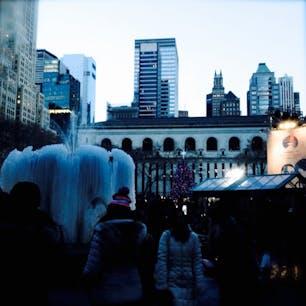 New York / Manhattan Bryant Park ブライアントパークにある噴水は、真冬になると凍りつくことで有名です♪とっても幻想的。 #newyork #manhattan #bryantpark