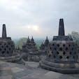 世界三大仏教遺跡の1つ、ボロブドゥール寺院遺跡群。残念ながら曇りで日の出がキレイに見えなかったけれど、これはこれで趣ある幻想的な眺めでした⛅ #世界遺産
