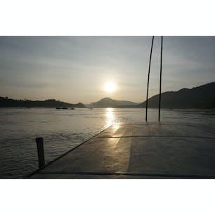 ラオス・ルアンパバーンからのメコン川クルーズ。ハイライトはメコン川に沈む夕日☀ #ラオス #メコン川 #夕日