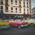 ハバナのホセマルティ広場! カラフルなクラシックカーがたくさんありました!(タクシーなので乗れます!) ハバナ市は2019年で創立500周年の節目の年で、街中がお祝いモードになってました〜。 (2019年12月)