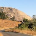南アフリカの中にあるスワジランド(今の名前はエスワティニ。2018年に改名)のシベベロック。一枚岩としては世界で2番目に大きいそうな笑 (1位はエアーズロック) ヨハネスブルグから約5時間の車移動です。 (2014年6月)