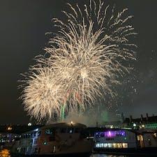 ロンドンカウントダウン〜(2018年->2019年) テムズ川のボード上にて! ロンドンアイ周辺からの花火が数分間続く綺麗な年越しでした! (年越の数時間前からテムズ川内での陣取り合戦が凄かった笑) (2018年12月->2019年1月)