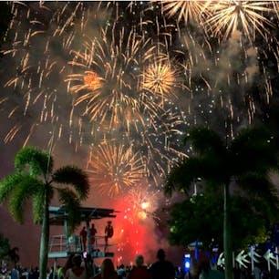 #ケアンズ #オーストラリア  2019年12月  初の海外旅行中のカウントダウン🥳🎉 21時と24時の2回行われるニューイヤー花火🎆  21時の花火はエスプラネードラグーンから! 降りかかってきそうなくらい近くて大きかった😳😳