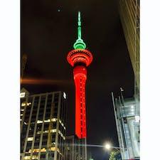 ニュジーランド!スカイタワー、こんな色にも。。。❣️2019年12月30日、こね時期ニュジーランドは夏、と言っても朝晩は涼しく昼間は暑いので羽織ものは適宜必要です(^^)