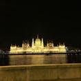 ハンガリー・ブダペストの国会議事堂。夜のライトアップ時は世界一綺麗ともいわれます。この光に集まってきた(?)蝙蝠が建物の上を飛んでおり、遠くから見ると金粉が舞ってるみたいで綺麗でした。(でも、蝙蝠なんですよね笑) (2019年10月)