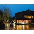 雨が降ってて寒い、遅い時間だから多くの店が閉まってる。でも雨だから、夜だからこそ見られる景色があって綺麗だったひがし茶屋街