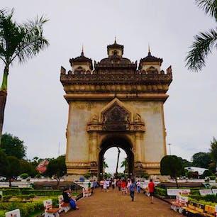 ラオス ビエンチャン パトゥーサイ  東南アジアの凱旋門