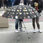 バルセロナの道端で。  人が集まってる〜!と思ったらピアス売ってた!
