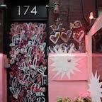 New York / Manhattan Pietro Nolita アーティスト・James Goldcrownの「Love Wall」が目を引くお店が増えているNY。化粧品ブランドのエスティローダーともコラボ中です♪ #newyork #manhattan #jgoldcrown #lovewall