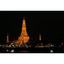 タイ(バンコク) 〜ワット・アルン〜 バンコク三大寺院の1つです。 正式名称は 【ワット アルン ラーチャ    ウォラマハーウィハーン】です。 通称《暁の寺院》とも言われてます。