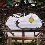 【Beach Cafe SUNSET】 人気のフォトスポット📸‼️  カフェは、通りを挟んだ向かい側にあります♪♪♪