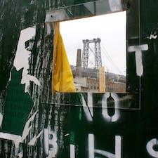 New York / Brooklyn Williamsburg ブルックリンの工事現場の壁の穴から見えるマンハッタンブリッジ。 #newyork #brooklyn