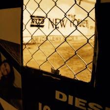 New York / Brooklyn Williamsburg ブルックリンの工事現場の壁の穴から見える落書き。 #newyork #brooklyn