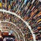 ARK・N・BOOK📚市庁店  을지로입구역(乙支路入口駅)から近い場所にある お洒落で大きな本屋さん。 本のトンネルなど、内装も可愛くて 見て回るだけで楽しめます🥺✨  本だけでなく、カフェや雑貨屋さんもあり つい長居しちゃいます🥰  #韓国本屋 #ブックストア