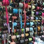 チェンマイ、ワーロットマーケット。 タイの古都、チェンマイはタイ北部に位置し、山岳民族の衣装小物もたくさん! 可愛いリボンも豊富で夢中になってしまいます😊