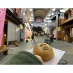 1月下旬 . 前日に行き先決定し、熱海へ。 熱海駅前の商店街・平和通りで温泉まんじゅうを食べました♨️ 残り2つだったので、喜んで購入しました。残り物には福がある、よく思います☺️