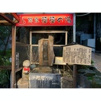 1月下旬 . 熱海の平和通りにある、福々の湯。 寒い中歩いているときの ほっと一息の手湯です。 隣には地元在住の彫刻家さんの作品のお地蔵さんがいます☺️