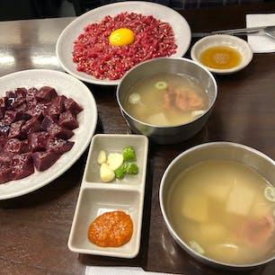 プチョンユッケ ユッケ通りの プチョンユッケで いただきました。肉の下には 梨があって  絶妙な相性です。 肉の甘みが 最高。大根スープが ついてきますが これまた 美味しい。 15.000W  なんて 信じられません!