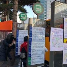 ロッテヤングプラザ 向かいのバス停 バス🚌で 東大門や広蔵市場に移動しました。次から次へとバスが来る。自分の乗りたいバスの番号を確認し 素早く乗り込みます🚍