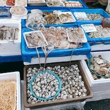 アヒョンシジャン 地元人が買い物してて 日本語は通じませんが 見てるだけでも楽しめます。いちご、栗、韓国海苔など買いました。試食もくれるし 親切です。チェジュのみかん🍊をもらったけど 甘くて美味しかったなぁ。 地元の暮らしぶりを 覗くには とても良い市場だと思います♪( ´θ`)ノ
