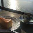 シャーレ水ケ浜【滋賀】  琵琶湖を一望できるカフェ  外のテラス席を希望すると、雄大な琵琶湖を目の前に感じながら食事ができます!  とっても天気が良い日に行ったので、 絶景でした⭐︎