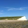 イギリスの郊外セブンシスターズです。 真っ白な崖と青空、草原の緑のコントラストが素晴らしい!
