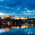夕方のプラハ城。 雨上がりの空はまだ曇っているけど、水面に映るプラハ城が幻想的で好き!  #thosedayswithyou #praha